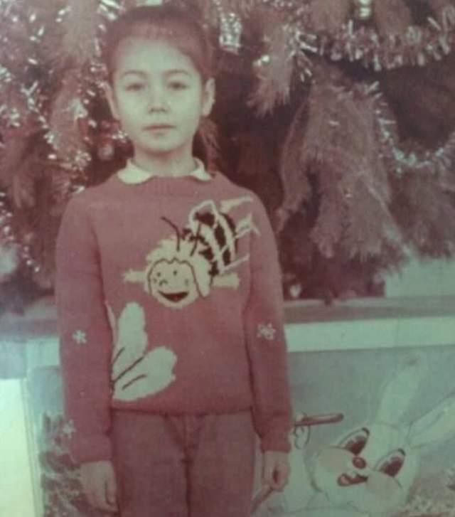 Ляйсан Утяшева без маскарадного костюма, зато в свитере с пчелкой Майей.