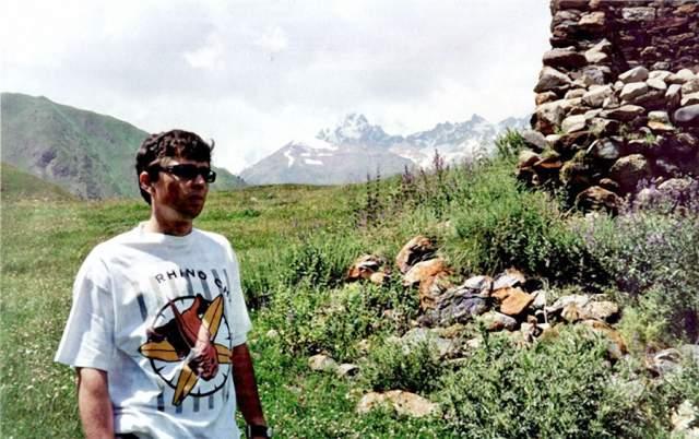 Согласно данным следователей, с горы Джимара упала глыба льда прямо на ледник Колка, тот сорвался с ложа и ринулся вниз по ущелью, захватывая за собой камни.
