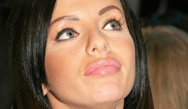 Для этого Юлия увеличила себе объем губ, сделала бюст третьего размера и оригинальные брови.