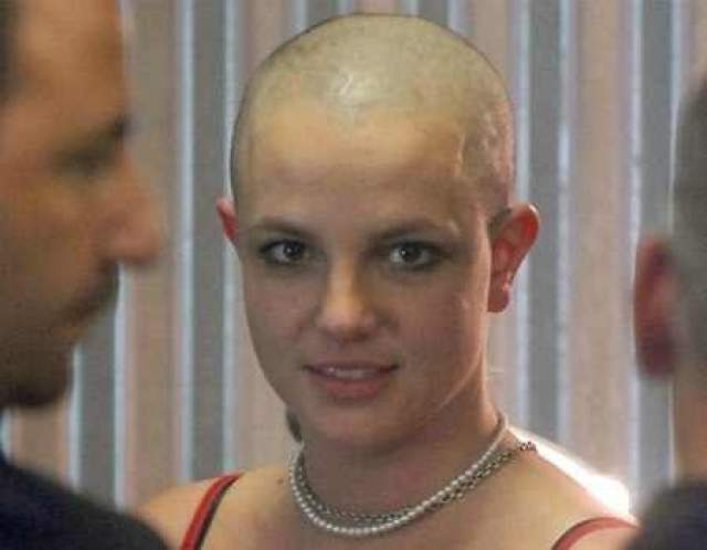 В результате в один прекрасный момент Бритни просто-напросто побрила голову налысо