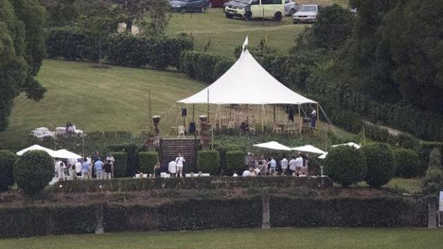 Церемония оказалась настолько секретной, что сами гости не знали точного места свадьбы, для них были указаны лишь разные места сбора, откуда их доставляли на специальных автобусах в пункт назначения.
