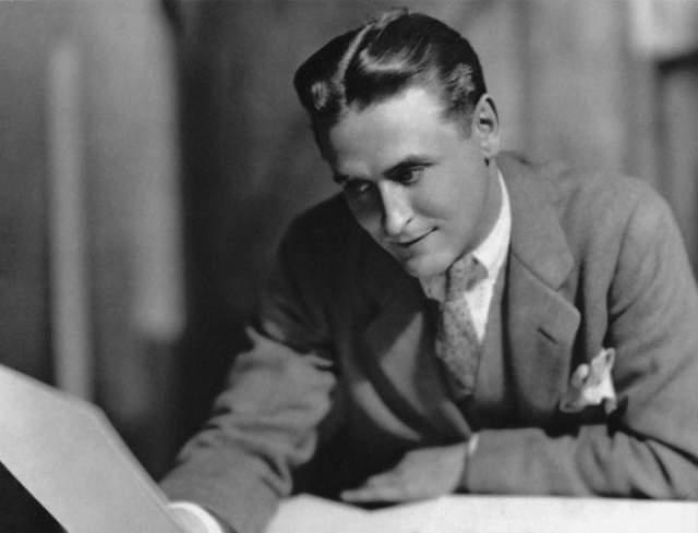 """Роман """"Великий Гэтсби"""", опубликованный в 1925 году, стал бомбой замедленного действия: первое время роман читали, даже инсценировали на Бродвее, но вскоре совсем забыли. Зато в 50-е произведение включили в школьную программу."""