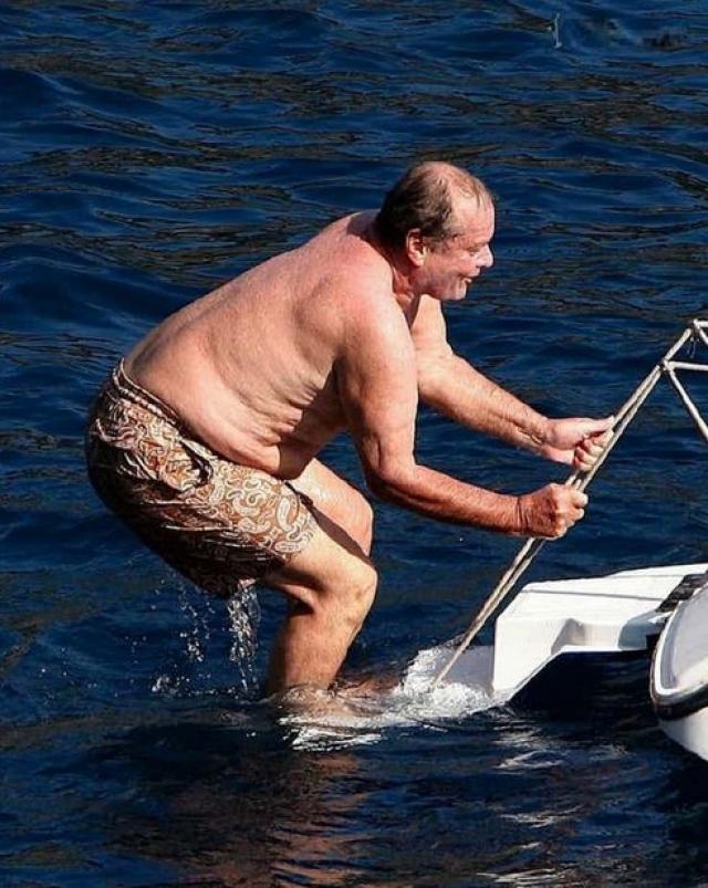 А вот Джек Николсон решил понырять с яхты. Хотя вряд ли актера расстроил тот факт, что его несовершенное тело сняли фотографы.