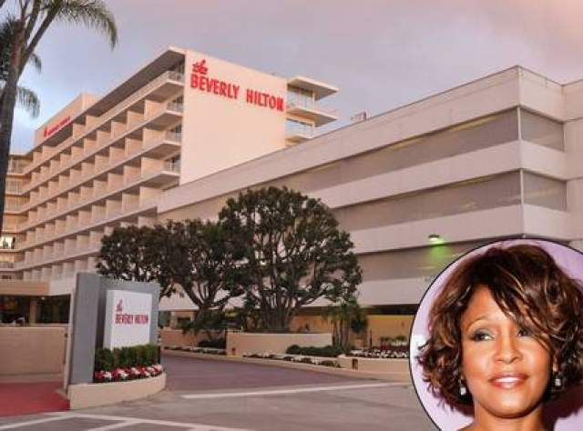 Уитни Хьюстон. Захлебнулась в ванной в отеле Beverly Hilton. Всемирно известная певица должна была выступать на Grammy, но прямо накануне церемонии, 11 февраля 2012 года, она умерла.