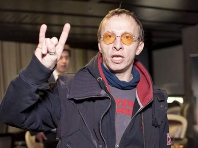 """Иван Охлобстин. Актер неразделим с яркими желтыми или тонированными очками, хотя зрение у него хорошее. """"Я таким образом сохраняю себе зрение: я же очень много печатаю. У меня есть разные очки, желтые, например, просто чтобы глаза отдыхали. На зрение не жалуюсь, а мне уже все-таки 46 лет,"""" - рассказал он в одном из интервью."""