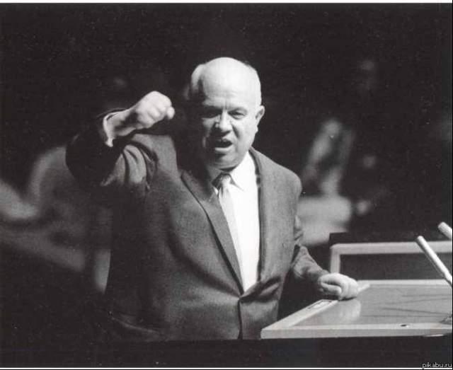 """В СССР долго ходила история о том, что легендарную фразу Хрущева """"Я вам покажу кузькину мать!"""" на ассамблее ООН переводчики перевели буквально - """"Kuzma's mother"""", поставив в тупик иностранцев, решивших, что это новое оружие. На самом деле фразу перевели как: """"Я покажу вам, что есть что""""."""