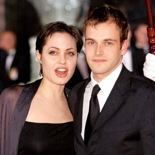 Брачующиеся укололи пальцы булавкой и скрепили свой союз кровью. Увы, данный способ скрепил их отношения всего на полтора года, после чего Анджелина и Джонни официально объявили о разводе.