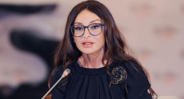 При этом она успевает следить за собой и не раз признавалась самой стильной женщиной Азербайджана.