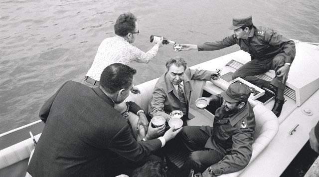 А это Леонид Брежнев на рыбалке во время визита на Кубу.