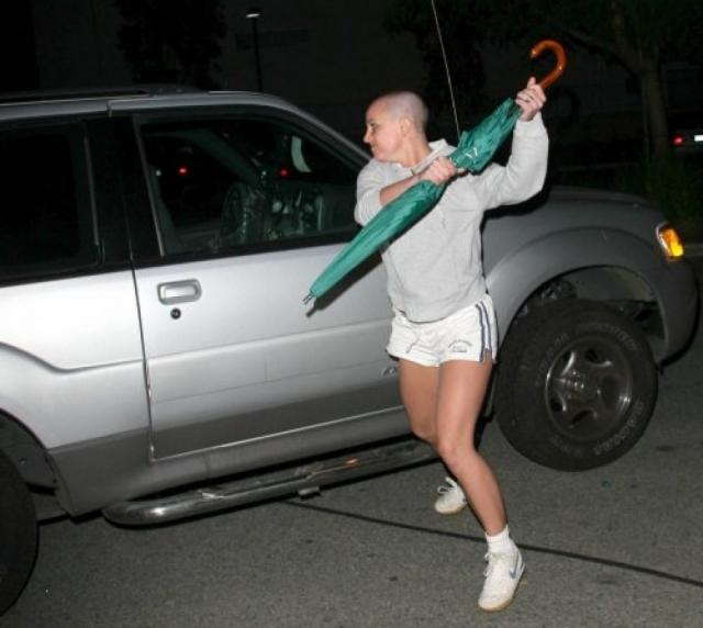 Фотографы преследовали ее по улице и она, в конце концов, не выдержала, бросившись на автомобиль одного из них и начала бить по нему зонтиком при этом выкрикивая оскорбления.