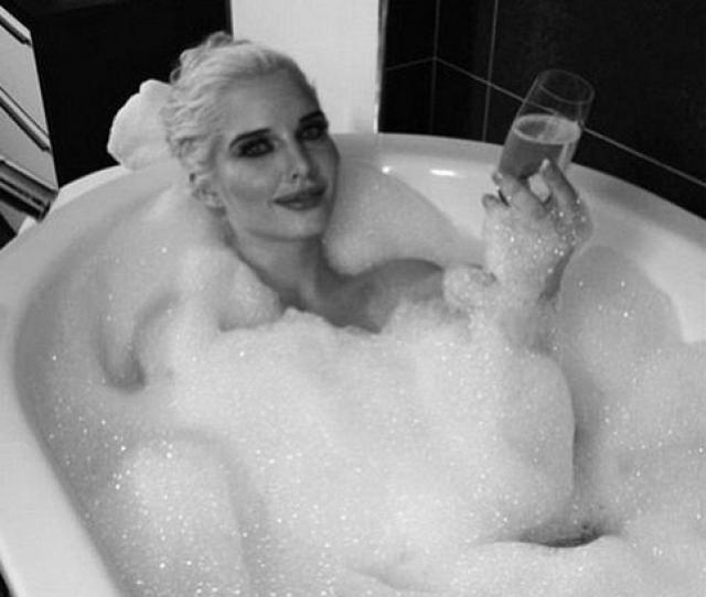 Британская модель Хелен Флэнаган уберегла яркий макияж от воды и пены.
