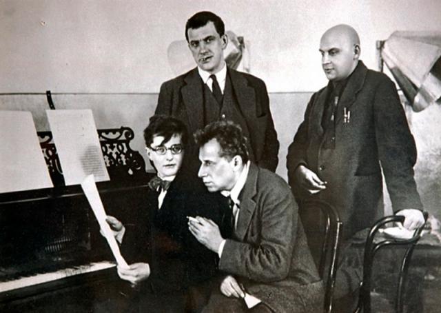 """При этом в московских кабаках и поэтических """"тусовках"""" Маяковского считали закоренелым скандалистом."""