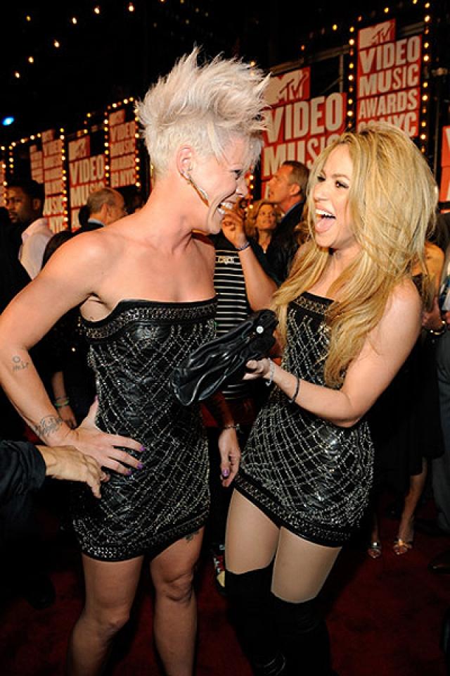 Пинк и Шакира оказались одеты как близняшки на церемонии MTV Video Music Awards, а при встрече начали безудержно хохотать и позировать вместе в одинаковых мини от Balmain.