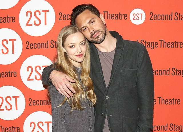 Аманда Сейфрид тайно вышла замуж за своего бойфренда, актера Томаса Садоски . О том, что пара стала мужем и женой, сообщил сам Томас во время шоу Джеймса Кордена.