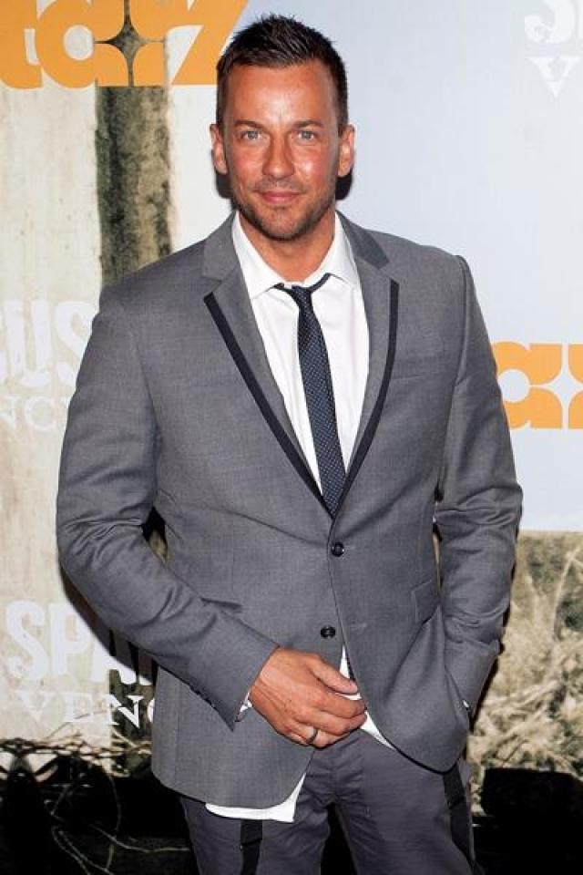 Крэйг Паркер. В 2008 году в интервью для газеты Sunday Herald новозеландский актер Крэйг Паркер , известный, как Халдир из Лориэна в трилогии Властелин колец, признался, что является геем.