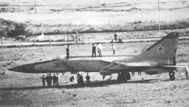 6 сентября 1976 года cамолеты японских ПВО на острове Хоккайдо были подняты по тревоге. Им так и не удалось перехватить постоянно исчезающий с радаров самолет, который через несколько минут, едва не столкнувшись с отъезжающим боингом приземлился в гражданском аэропорту.