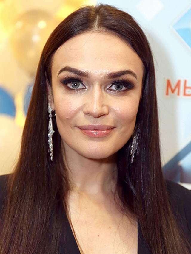 Алена Водонаева, 36 лет. Еще одна представительница рано постаревших из мира звезд. Впрочем, вполне возможно, она такой останется и в 40, и в 50 лет.