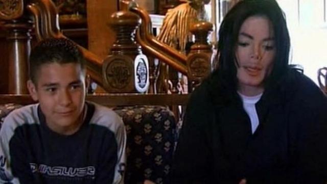 По его свидетельствам, во время пребывания на ранчо дети часто спали в одной комнате с Джексоном и даже на его постели. Обвинители заявили, что Майкл напоил Гэвина, а затем занимался с ним мастурбацией. Также по их заверениям певец часто щупал Гэвина и других детей.