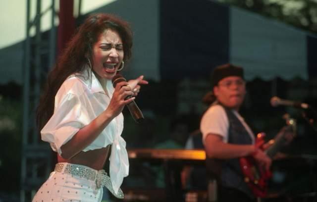 Тогда же Селене сотрудничество предложила Coca-Cola, а сама она выпустила свою линейку одежды Selena Etc.
