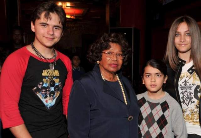 Кэтрин Джексон. Мать Майкла Джексона являлась единственным опекуном его троих детей после кончины певца. Родительских прав ее лишили после заявлений о том, что ее похитили родственники из-за денежных вопросов.