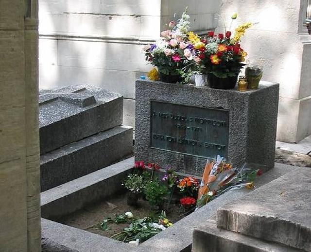 Единственный человек, который видел смерть певца - подруга Моррисона, Памела. Но она унесла тайну его смерти с собой в могилу, так как скончалась от передозировки наркотиков три года спустя.