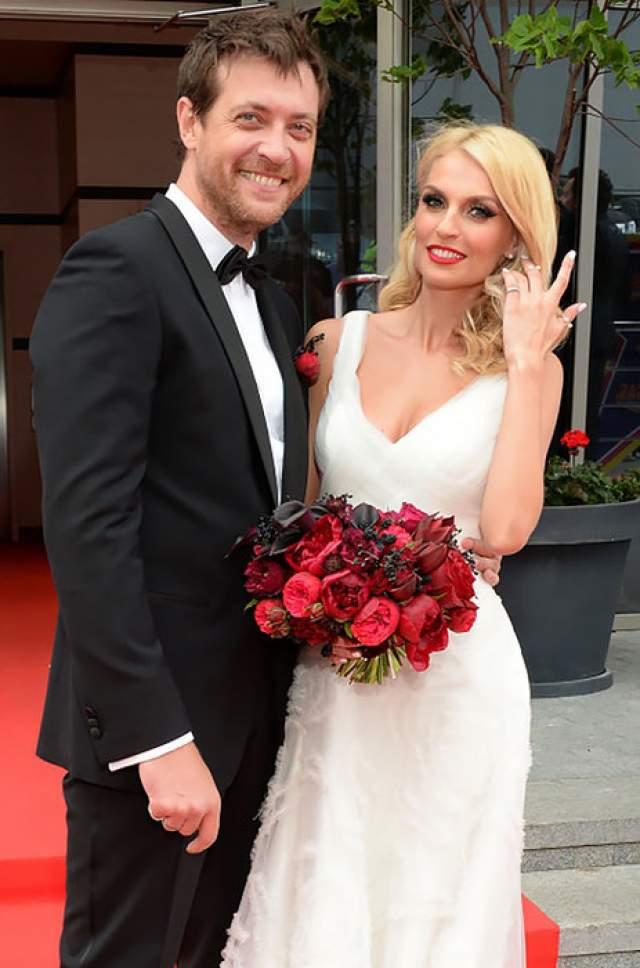 Сейчас 45-летний актер женат на певице Саше Савельевой.