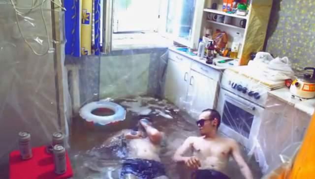 Житель одной из хрущевок Твери ради просмотров и лайков устроил дома настоящий бассейн, застелив кухню куском полиэтилена.