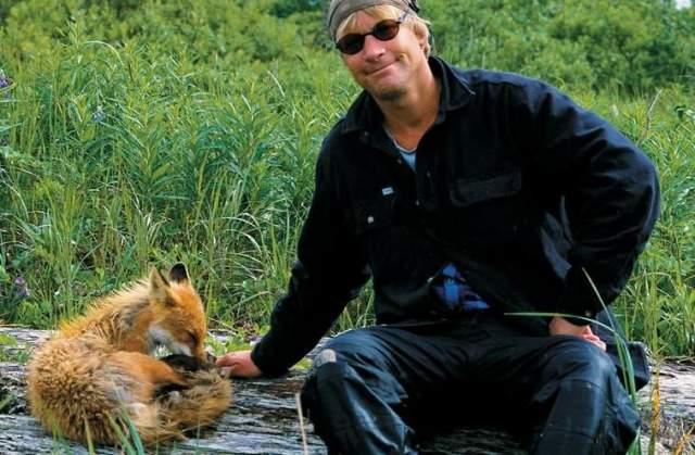 """Тимоти Тредуэлл. 1957-2003. """"Человек-гризли"""" прожил вдалеке от цивилизации на Аляске 13 лет. Экологический активист, защитник медведей, режиссер, пропагандировал здоровую жизнь вдали от городов. Родился в Нью-Йорке, увлекался спортом."""