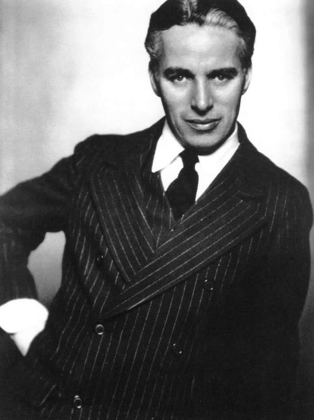 А вот в жизни Чаплин усов не носил и был похож вовсе не на комика, а на привлекательного плейбоя.