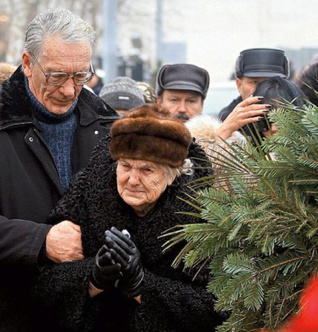 Кроме молодой жены Юлии, на имущество актера претендовали его мать Людмила Александровна и брат Роберт. При этом завещания Абдулов не оставил.