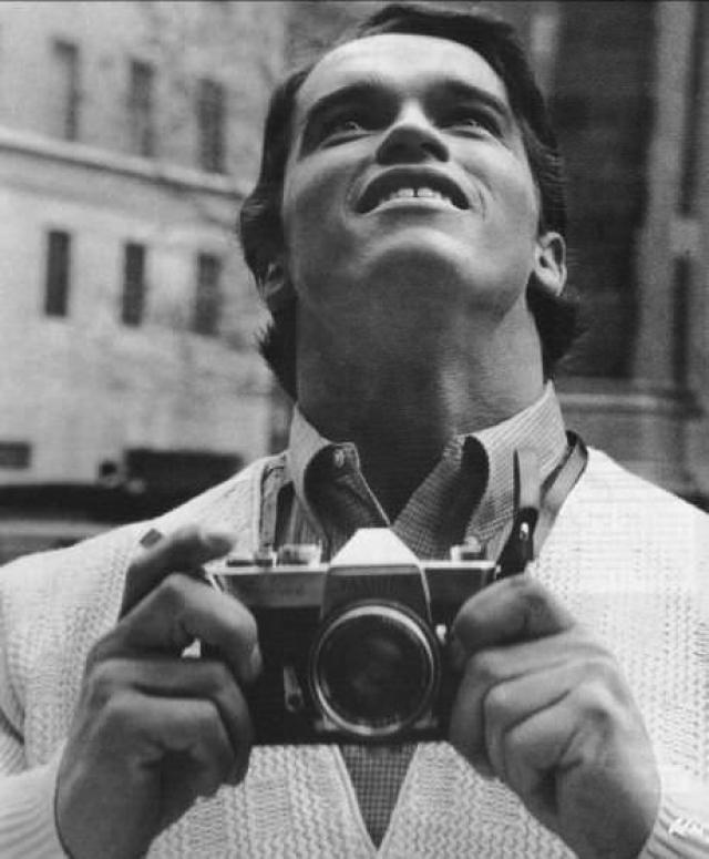 В сентябре 1968 Арнольд в возрасте 21 года прибывает в Америку. По его воспоминаниям, он плохо владел английским и говорил с сильным акцентом, что создавало ему трудности.