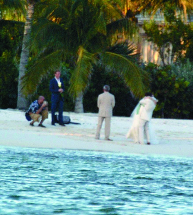 Впрочем, кроме романтики такой выбор места прибавил и проблем: именно благодаря этому папарацци удалось сделать несколько снимков с яхты, находящейся напротив берега.