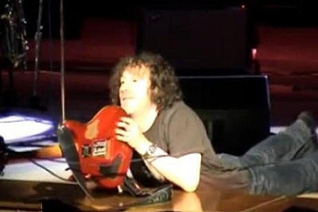 Когда стало понятно, что пьяный Кузьмин даже говорить не может, зал потихоньку стал расходиться. Чашу терпения переполнило очередное падение рокера. Лежа на животе, музыкант предлагал поклоннику свою гитару.