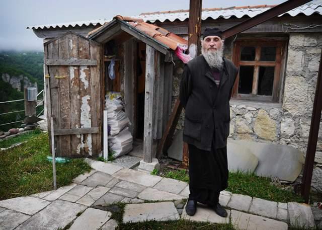 Первую зиму Кавтарадзе провел в склепе. В 1999 году Минкульт восстановил церковь X века у подножья Кацхинского столпа.
