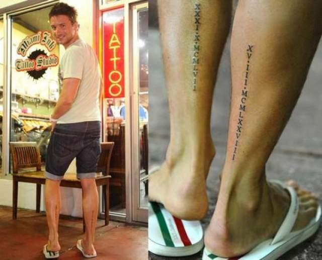 Ноги Сергея Лазарева украшены римскими цифрами - датами рождения его мамы и брата. Кроме этого на руках певца изображены крылья, а на шее - буква N.