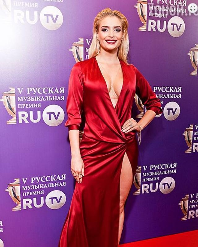 Татьяна Котова посетила Премию Ru-tv в откровенно задрапированном платье.