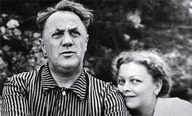 """В 1943 году на съемках картины """"Воздушный извозчик"""" состоялась судьбоносная встреча Людмилы Целиковской с Михаилом Жаровым , который был старше нее на двадцать лет."""