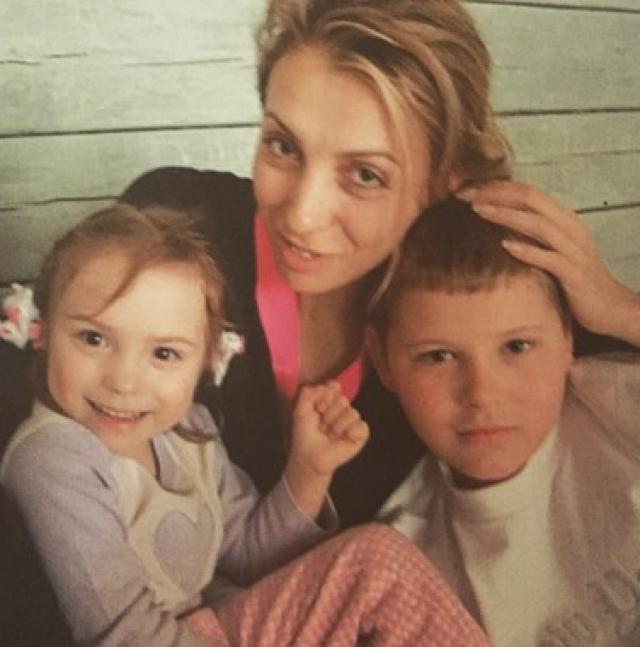 Ирина и Федор Бондарчук. В 2001 году в семье режиссера родилась девочка. Роды наступили раньше срока, после долгой борьбы за жизнь у девочки начались проблемы с развитием.