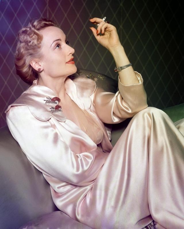 В 33 года смелая актриса погибла в авиакатастрофе: из самолета высадили всех пассажиров, чтобы разместить воинский персонал, но актриса уговорила оставить ее с матерью в салоне.