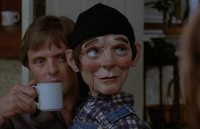 """Фэтс из фильма """"Магия"""" (1978). Фильм заслуживает внимания по крайней мере благодаря игре молодого Энтони Хопкинса, но улыбающаяся марионетка вряд ли вас напугает."""