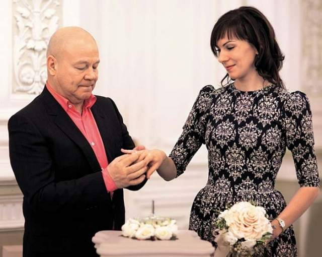В 2009 году он познакомился с молодой сотрудницей налоговой службы по имени Анна, которая стала его новой супругой.