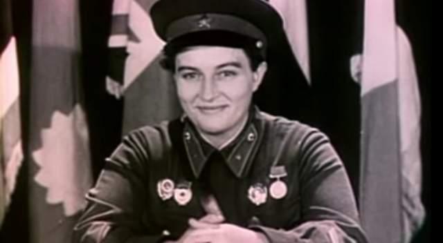 После начала войны Павличенко добровольцем ушла на фронт и была зачислена в 25-ю стрелковую дивизию имени Василия Чапаева. Женщина участвовала в оборонительных боях в Молдавии и на юге Украины, а также в обороне Одессы и Севастополя.