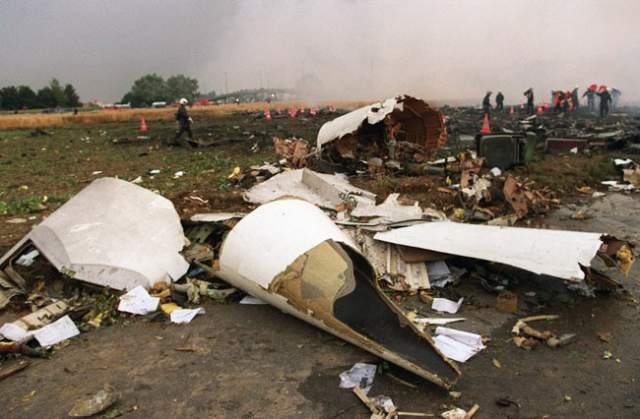 Погибли все находившиеся на борту 109 человек, а также четыре человека на земле.