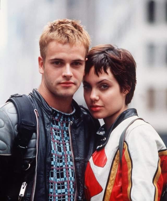 """Анджелина Джоли и Джонни Ли Миллер. В 1995 году молодые актеры вместе снимались в фильме """"Хакеры"""", а через год решили стать мужем и женой. Пара появились на церемонии в одинаковых кожаных черных брюках и белых майках, на которых кровью были написаны их имена."""