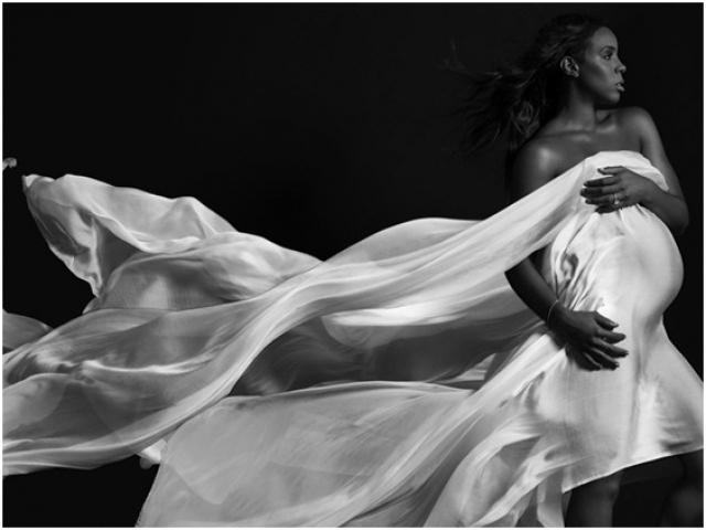 На снимках она предстает то полностью обнаженной, то элегантно прикрываясь той или иной одеждой или драпировкой.