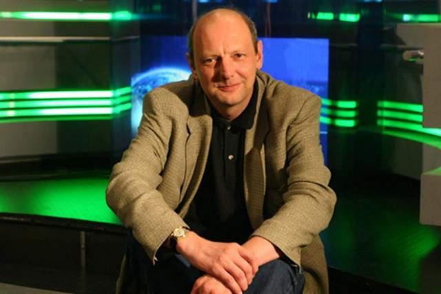 """В 2003-м ушел на НТВ, где вместе со старой командой вначале создавал программу """"Их нравы"""", а затем перешел на """"Эхо Москвы"""". После вел передачу на телеканале """"365 дней ТВ""""."""