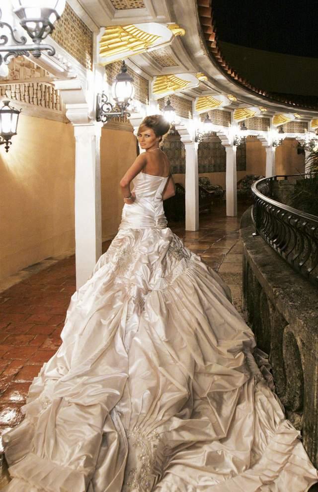 Свадьбу сыграли 22 января 2005 года в Епископальной церкви в Палм-Бич. Платье для Мелании шил Джон Гальяно из Dior. На это ушло более трех недель и 100 метров белого атласа, а узоры вышивали вручную. По разным данным, стоимость платья составляет от 100 до 200 тысяч долларов.