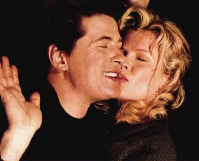 """Съемки закончились, а роман звезд - нет. Алек совершал безумства ради любимой: подарил ей слоненка на день рождения, отправил к ней самолет, который пролетел над съемочной площадкой с транспарантом """"Я люблю тебя, Ким!"""". А когда актриса обанкротилась после выплаты неустойки за отказ в съемках фильма, Болдуин закрыл ее долги (9 млн долларов). Тогда-то Ким и растаяла."""