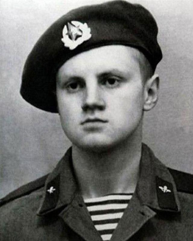 Сергей Миронов , имея отсрочку, добровольно ушел на срочную службу. Служил в воздушно-десантных войсках в Литве и Азербайджане.