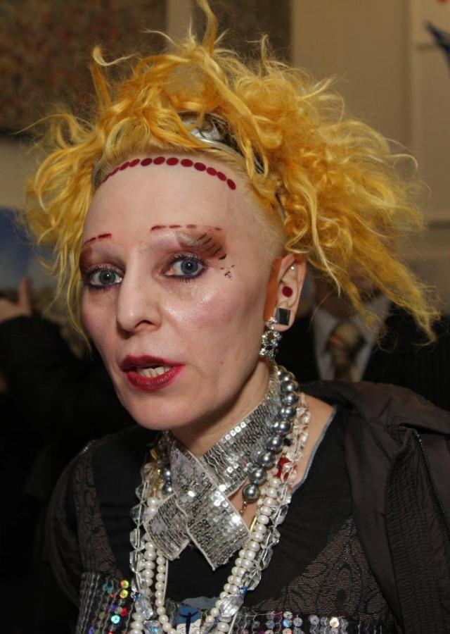 Жанна Агузарова. Певица эпатирует публику на протяжении множества лет, в том числе и странным гримом.